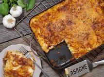 Servizio delle lasagne al forno Fotografie Stock Libere da Diritti