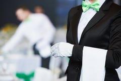Servizio di approvvigionamento cameriera di bar in servizio in ristorante Fotografia Stock