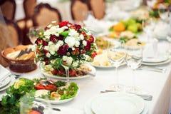 Servizio di approvvigionamento Tavola del ristorante con alimento Gran quantità del piastre Tempo di pranzo Fotografie Stock Libere da Diritti