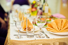 Servizio di approvvigionamento Tavola del ristorante con alimento Gran quantità del piastre Tempo di pranzo Fotografia Stock Libera da Diritti