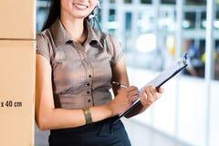 Servizio di assistenza al cliente nel magazzino asiatico di logistica Fotografia Stock