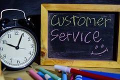 Servizio di assistenza al cliente su scritto a mano variopinto di frase sulla lavagna immagine stock libera da diritti