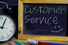 Servizio di assistenza al cliente su scritto a mano variopinto di frase sulla lavagna fotografia stock