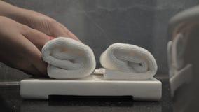 Servizio di camera di albergo e disporre gli asciugamani puliti nel bagno stock footage