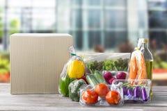 Servizio di distribuzione dell'alimento: Ordine online di verdure f di consegna a casa fotografie stock libere da diritti