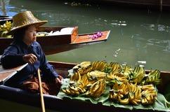 Servizio di galleggiamento della donna del mercato. ratchaburi, Tailandia Fotografia Stock Libera da Diritti