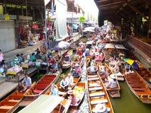 Servizio di galleggiamento di Damnoen Saduak, Tailandia Fotografie Stock