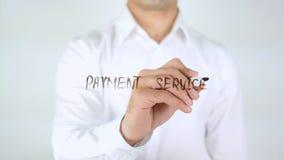 Servizio di pagamento, scrittura dell'uomo sul vetro Immagine Stock