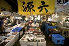 Servizio di pesci dei frutti di mare di Tsukiji di Tokyo Fotografia Stock Libera da Diritti