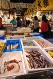 Servizio di pesci di Tsukiji, Tokyo Immagine Stock