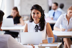 Servizio di servizio di assistenza al cliente di Using Laptop In della donna di affari fotografia stock