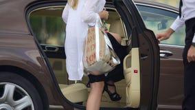 Servizio di taxi di lusso, porta di automobile di apertura dell'autista per il passeggero femminile, viaggio archivi video