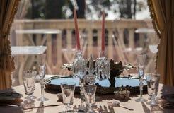 Servizio e vetri della Tabella in una villa lussuosa Fotografia Stock Libera da Diritti