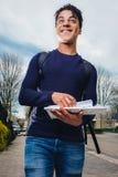 Servizio postale con un sorriso immagine stock