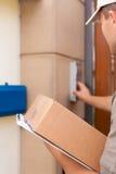 Servizio postale - consegna di un pacchetto Fotografia Stock Libera da Diritti