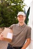 Servizio postale - consegna di un pacchetto Immagini Stock Libere da Diritti