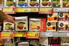 Serw kawowi zbiorniki w sklepie obraz stock