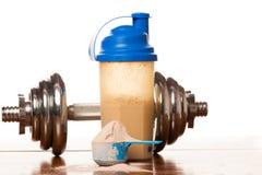 Serwatki proteiny proszek w miarce, dumbbell, metrowej taśmie s i klingerycie, zdjęcia royalty free