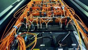 Serweru blok z dużo depeszuje Chaos, bałagan z drutami zbiory wideo