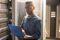 Serweru specjalista robi sieci monitorowanie zdjęcia stock