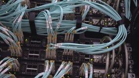 Serweru stojak błyśnie prowadzących światła jest w nowożytnym centrum danych lokalizuje za żelaznym drzwi z round otwarciami zbiory wideo