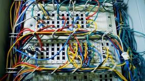 Serwery centrum danych łączący z drutami zbiory