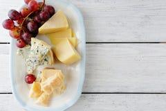 Sery i czerwoni winogrona na talerzu Fotografia Stock