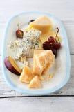 Sery i winogrona na talerzu Zdjęcie Stock