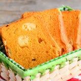Sery wypełniający dyniowi chlebów plasterki Dyniowy chleb z serem w koszu Wyśmienicie i niezwykły chlebowy przepis zbliżenie Obraz Stock