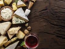 Sery z serami, owoc, dokrętkami i winem na starym drewnianym tle organicznie, Odgórny widok Smakowity serowy starter zdjęcia stock