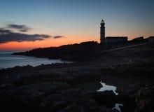 Ses Del cap des Leuchtturmes weite salines bei Sonnenuntergang, Felsen, Gebäude, untergehende Sonne, schöner goldener Himmel, Mal lizenzfreie stockfotos