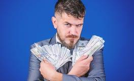 Ses encaisses mon?taires Homme barbu tenant l'argent d'argent liquide Courtier de devise avec le paquet d'argent Homme d'affaires photo libre de droits