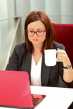 Süßes Hörnchen und ein Tasse Kaffee im Hintergrund Lizenzfreies Stockfoto
