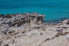 In Ses Illetes setzen Strand und Steine in Formentera auf den Strand Stockbilder