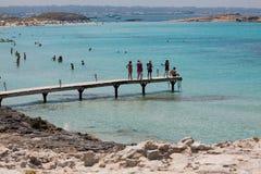 In Ses Illetes setzen Strand und Steine in Formentera auf den Strand Lizenzfreies Stockfoto