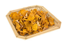 Süßes Kartoffelchip innen Weidenkorb Stockbild