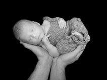 Süßes schlafendes Baby angehoben oben auf Hände Lizenzfreies Stockfoto