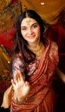Süßes wirkliches indisches Mädchen der Schönheit im Sari an lächelnd Lizenzfreie Stockfotografie