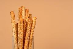 Sesam breadsticks in duidelijk glas royalty-vrije stock afbeeldingen