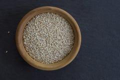 Sesam-Samen in einer kleinen Schüssel hölzern Lizenzfreie Stockfotografie