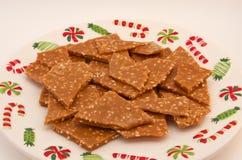 Sesam-Toffee auf einer Weihnachtsplatte Lizenzfreies Stockfoto