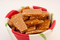 Sesam-Toffee in einer Weihnachtsschüssel Lizenzfreies Stockfoto