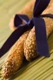 Sesam twee breadsticks die met purper lint wordt gebonden Royalty-vrije Stock Afbeeldingen