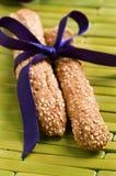 Sesam twee breadsticks die met purper lint wordt gebonden Stock Fotografie