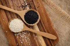 Sesam zwart-wit in houten lepel op Houten achtergrond Royalty-vrije Stock Foto