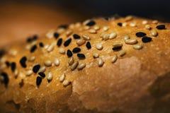 Sesames en zwarte cumins op een stuk van brood, macrofotografie stock afbeeldingen