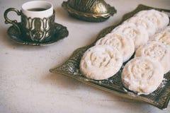 Sesammördegskaka med datumstoppning östlig mitt för kakor Eid och Ramadan Dates Sweets Kahk Arabisk kokkonst kopiera avstånd royaltyfri foto