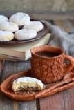 Sesammördegskaka med datumstoppning östlig mitt för kakor Eid och Ramadan Dates Sweets Kahk Arabisk kokkonst kopiera avstånd arkivfoton