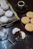 Sesammördegskaka med datumstoppning östlig mitt för kakor Eid och Ramadan Dates Sweets Kahk Arabisk kokkonst kopiera avstånd royaltyfria bilder