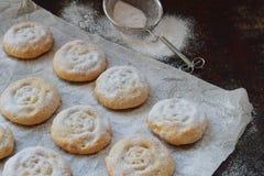 Sesammördegskaka med datumstoppning östlig mitt för kakor Eid och Ramadan Dates Sweets Kahk Arabisk kokkonst kopiera avstånd royaltyfria foton
